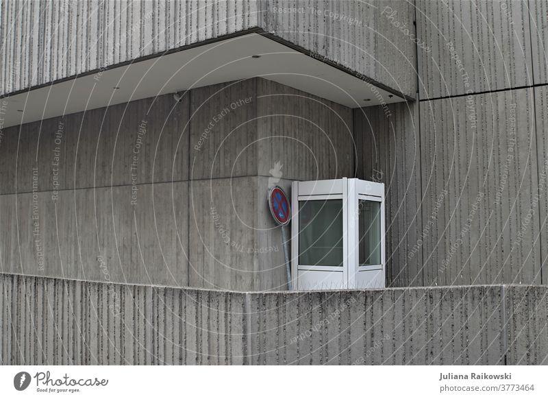 kleines Wärterhäuschen an einem grauem Gebäude Komposition Architektur modern Haus Moderne Architektur Außenaufnahme Menschenleer Tag Wand Mauer Fassade eckig