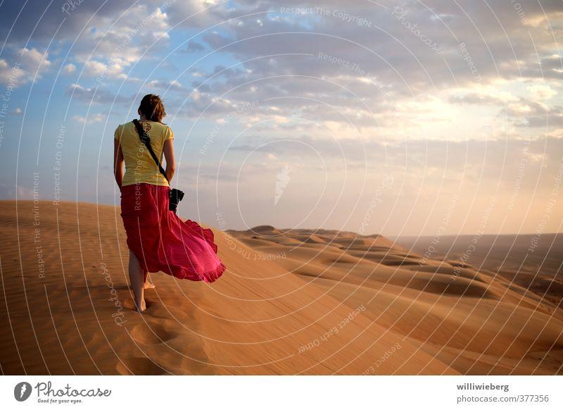 Sehnsucht Wüste Mensch Himmel Natur Jugendliche Ferien & Urlaub & Reisen Erholung Landschaft Wolken Junge Frau Erwachsene Ferne gelb 18-30 Jahre feminin