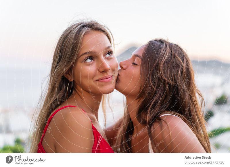 Zartes lesbisches Paar, das sich bei Sonnenuntergang küsst Kuss lgbt Frauen Angebot Umarmung Partnerschaft gleichgeschlechtlich Liebe Sommer Zusammensein Glück