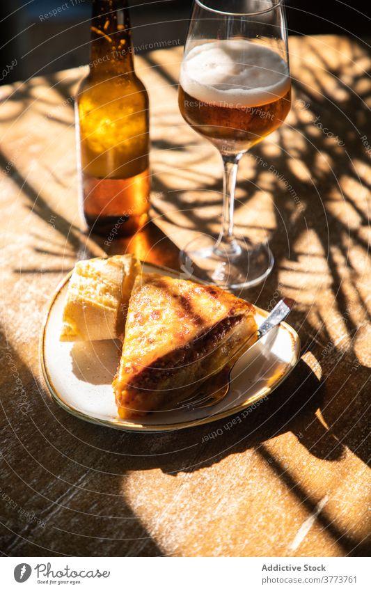 Bier und Kuchenstück auf dem Tisch Pasteten Snack Amuse-Gueule trinken Lebensmittel Portion dienen rustikal Restaurant Pub Getränk Alkohol geschmackvoll