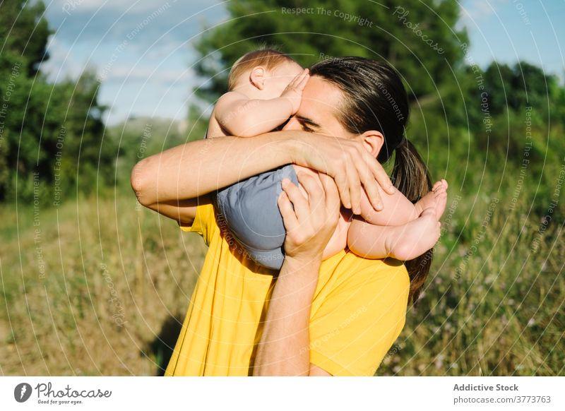 Junger Mann spielt mit Kleinkind im Park Vater spielen Kind Zusammensein Sommer Spaß haben bezaubernd idyllisch unschuldig Wochenende wenig genießen
