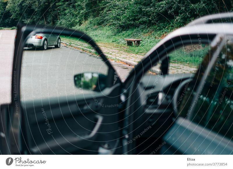 Geöffnete Tür eines Autos auf einer Autobahnraststätte Autofahren geöffnet Autotür Pause Autofahrt PKW Fahrzeug Bank Fahrertür Fahrerseite Autoreise Rastplatz