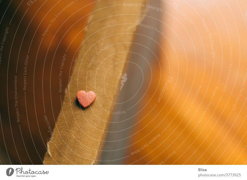 Kleines Herz auf Buchrücken herz rosa buchrücken lesen Liebe verliebt Liebesroman Literatur zart klein alt