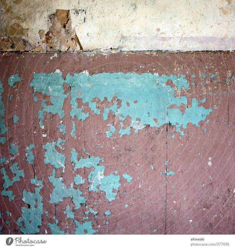Verlassen alt Wand Mauer Fassade Häusliches Leben kaputt Vergänglichkeit Bauwerk Verfall türkis Putz Renovieren