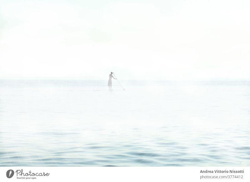 nicht erkennbare Person, die auf einem nebligen Meer mit Kopierraum paddelt Mann männlich Erwachsener MEER Freizeit Sport Wassersport Feiertag Ruder Nebel
