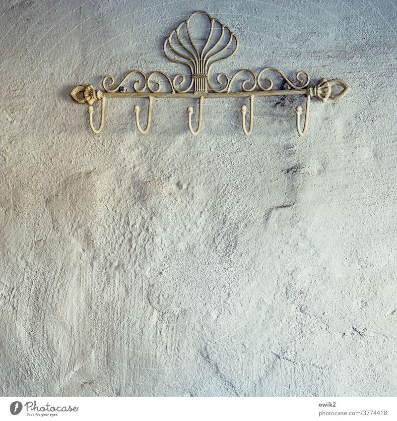 Spätjugendstil Garderobe Kleiderhaken Innenaufnahme Menschenleer Farbfoto Wand Ordnung Stil Häusliches Leben aufhängen Metall weiß einfach Mauer vergessen