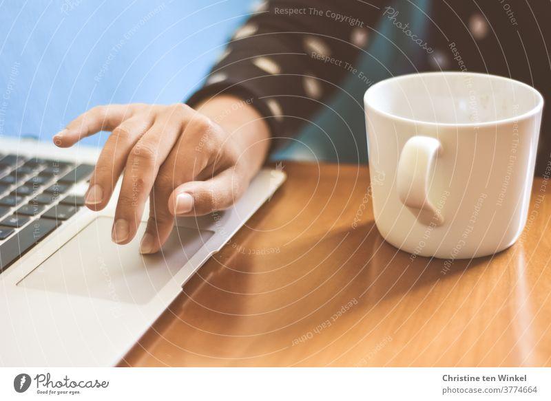junge Studentin im Online-Semester mit Notebook und Kaffeetasse | corona thoughts Homeoffice Junge Frau studieren Schülerin Studium Schule Schreibtisch Business