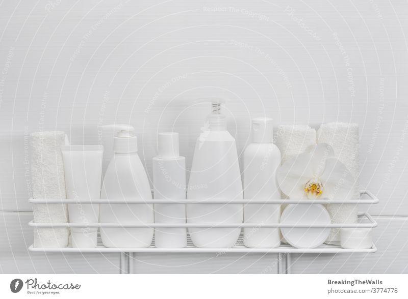 Weiße Flaschen kosmetischer Schönheitsprodukte im Bad Produkt Kosmetik Hygiene Pflege Attrappe markenfrei Nahaufnahme weiß Hintergrund Textfreiraum viele
