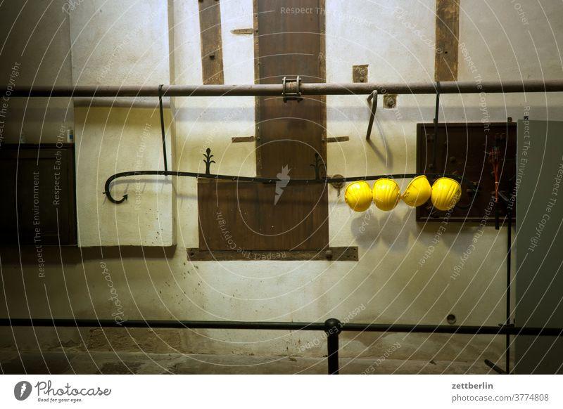 vier Schutzhelme in der Garderobe umkleide schutzhelm arbeit arbeitsschutz umkleideraum anlage gelb liegen garderobe antik arbeitsrecht bedienung denkmal
