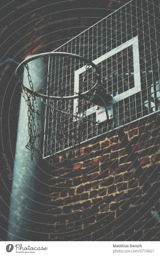 Basketballkorb im Industriegebiet Basketballplatz basketballfeld basketballnetz Basketballring Backstein Backsteinwand Backsteinfassade Industrielandschaft
