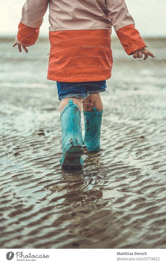Spaziergang im Wattenmeer spazieren Spazieren gehen Kind Kinder Gummistiefel Strand Strandspaziergang Strandleben Meer Nordsee Nordseeküste Nordseestrand