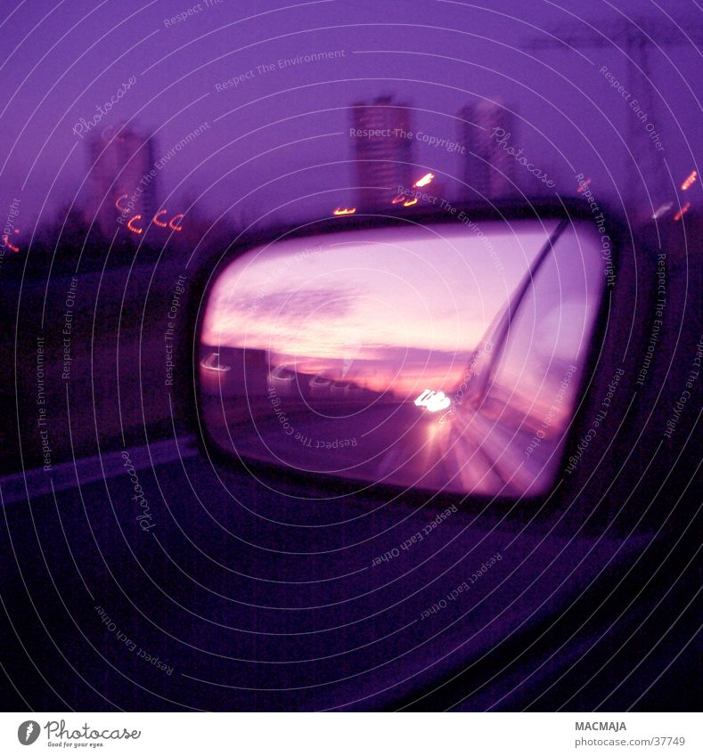 Sonnenuntergang dunkel violett Skyline Rückspiegel Nachtfahrt