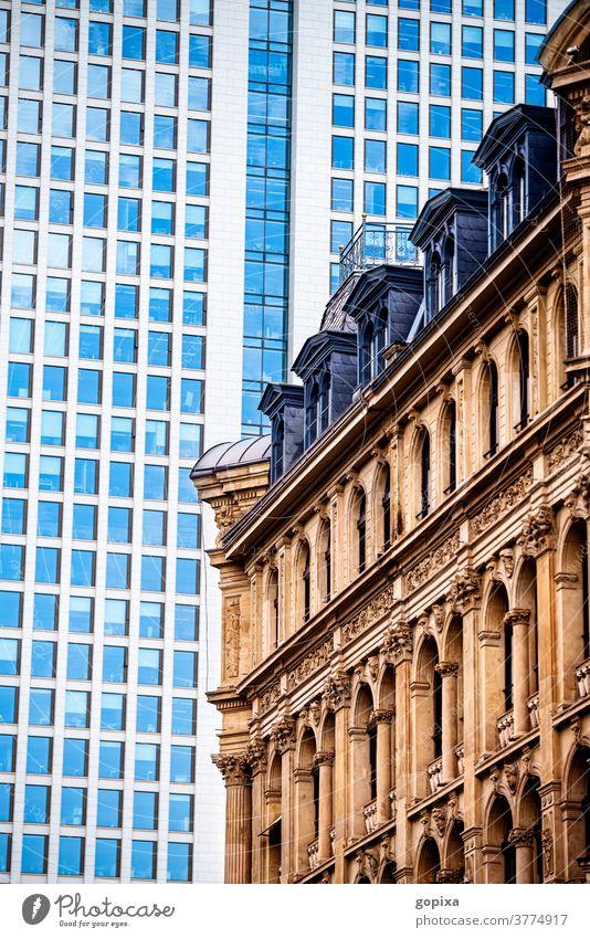 Historisches Gebäude in Frankfurt am Main mit Hochhaus im Hintergrund wolkenkratzer opernturm modern historisch Immobilie Bürogebäude Innenstadt Architektur