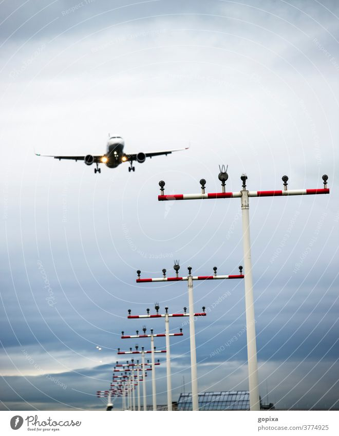 Landebahnbefeuerung und Flugzeug im Anflug Start-/Landebahnbefeuerung Flugverkehr Flughafen Fluglärm Airport Landeanflug Landung Luftfahrt Passagierjet