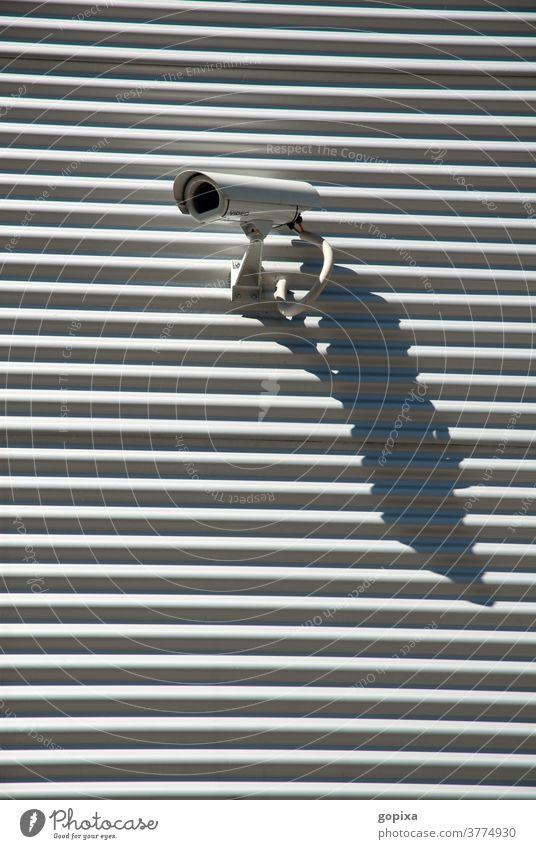 Überwachungskamera an einer Wand Schatten Kontrolle Sicherheit sichern Abwehr Beobachtung Überwachungsstaat beobachten Schutz Technik & Technologie Videokamera