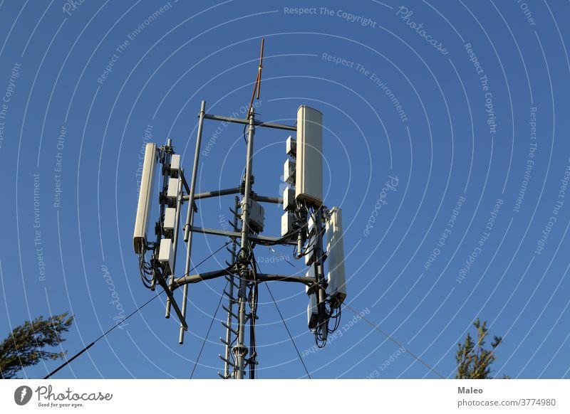 Antennensysteme für Telekommunikation gegen den blauen Himmel Ausstrahlung Rundfunksendung Zelle Kanal Cloud Kommunizieren Mitteilung Anschluss Speise