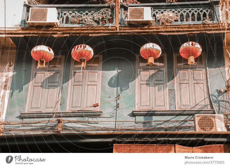 Chinesische Laternen, die an alten historischen Gebäuden im Kulturerbe der Yaowarat Road oder Chinatown in Bangkok-Stadt hängen historische Stadt