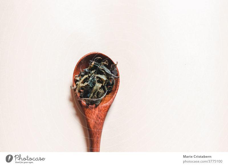 Flachlegen von getrockneten Cannabisblättern oder Marihuana auf einen Holzlöffel zur Erholung und medizinischen Verwendung Cannabinoide psychoaktiv