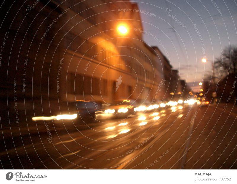 Rush-hour Verkehr Gegenverkehr Verkehrsstau Dämmerung dunkel Licht Bewegung PKW Scheinwerfer Unschärfe