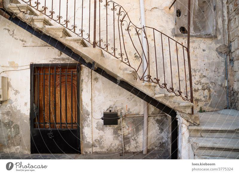 Reifen, Libanon - 8. Oktober 2015: Traditioneller Treppeneingang mit gebrochenem Griff eines libanesischen Hauses in Tyre, Libanon Naher Osten arabisch