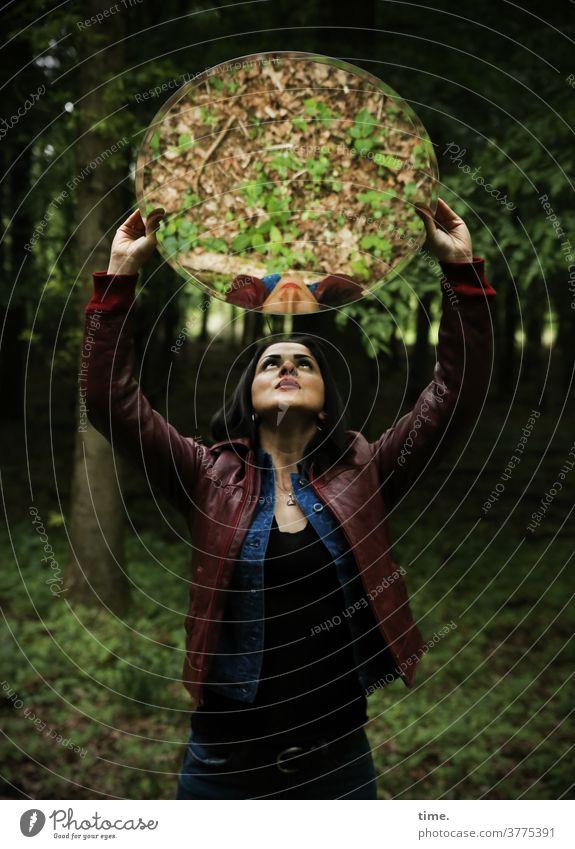 Estila spiegelung straight selbstbewusst stolz frau feminin wald schauen beobachten dunkel grün wild langhaarig dunkelhaarig lederjacke halten laubwald