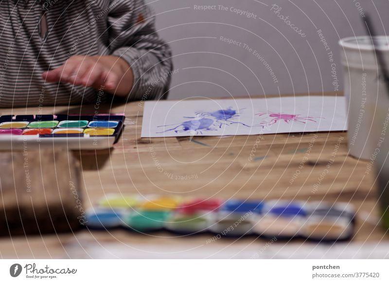 Kind macht ein Spritzbild mit Wasserfarbe. Kreativität, Malkasten malen wasserfarbe kind hand bunt kreativ Freizeit & Hobby Kindheit Hand Spritztechnik