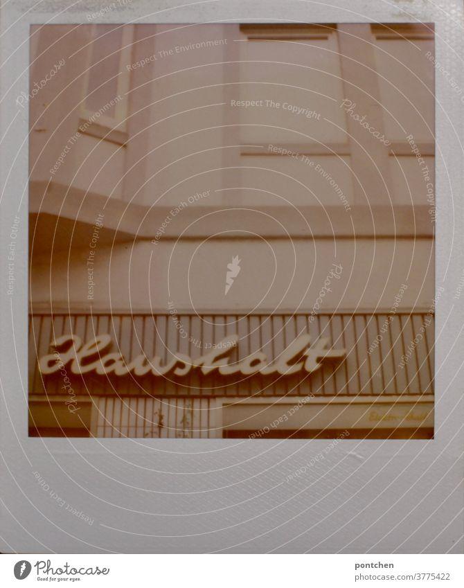 Haushalt steht auf einem Gebäude in dem sich ein  Haushaltswarenladen befindet. Polaroid einzelhandel geschäft schild haushaltswarenladen vintage polaroid