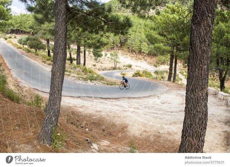 Radfahrerin mit Helm beim Üben auf der Straße horizontal Frau junger Erwachsener Rennrad Reife Frau fahren 40 Jahre Bewegung Reiten Sport Athlet Athletik
