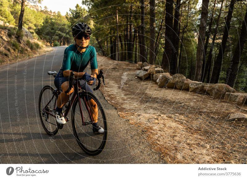 Frau Rennrad horizontal junger Erwachsener Reife Frau fahren Sonnenuntergang 40 Jahre Bewegung Menschen Reiten Sport Athlet Athletik Farbbild Fahrradfahren