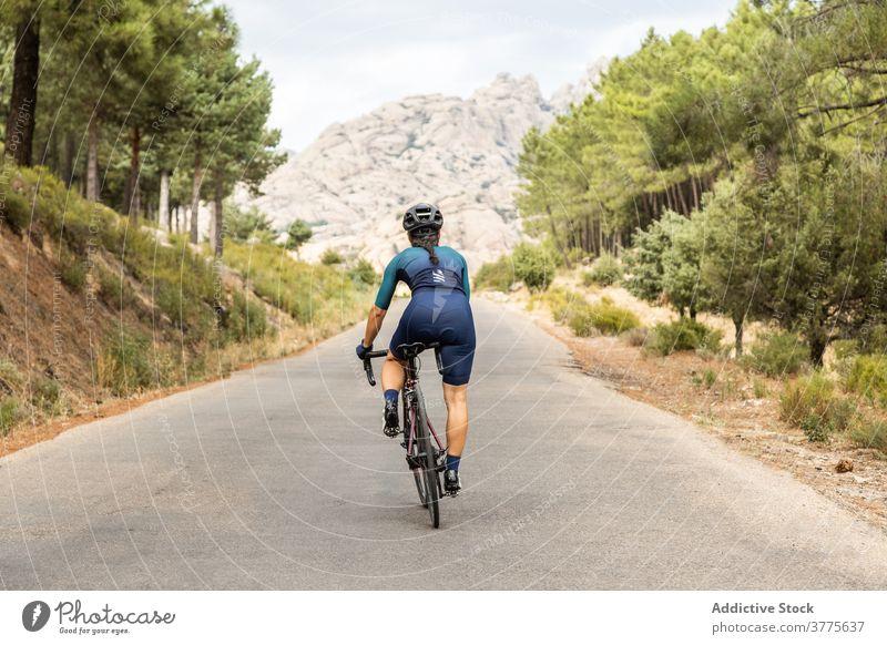 Frau Rennrad horizontal junger Erwachsener Reife Frau fahren Sonnenuntergang 40 Jahre Bewegung Reiten Sport Athlet Athletik Farbbild Fahrradfahren Kopfbedeckung