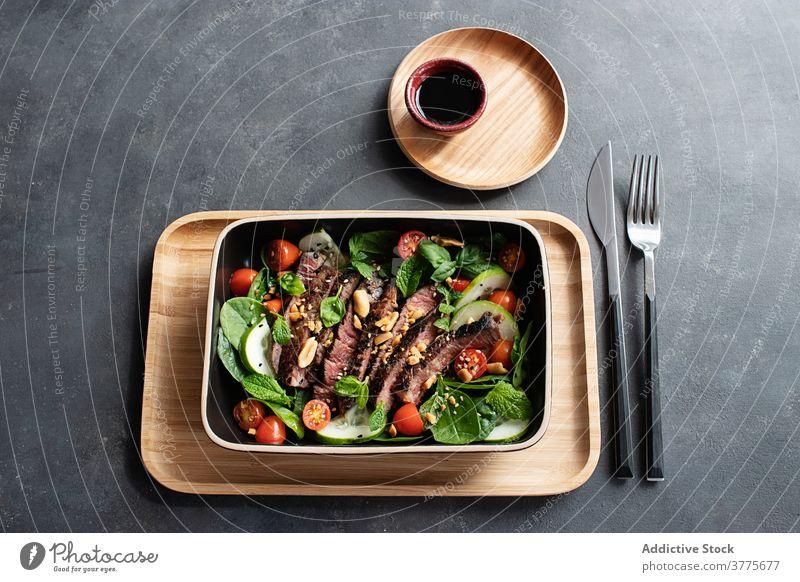 Rindfleisch-Thai-Salat auf Teller serviert gemischt Soja Anlasser Kultur Östlich Braten Essen zubereiten Mittagessen Rindfleischsalat Top Tomate
