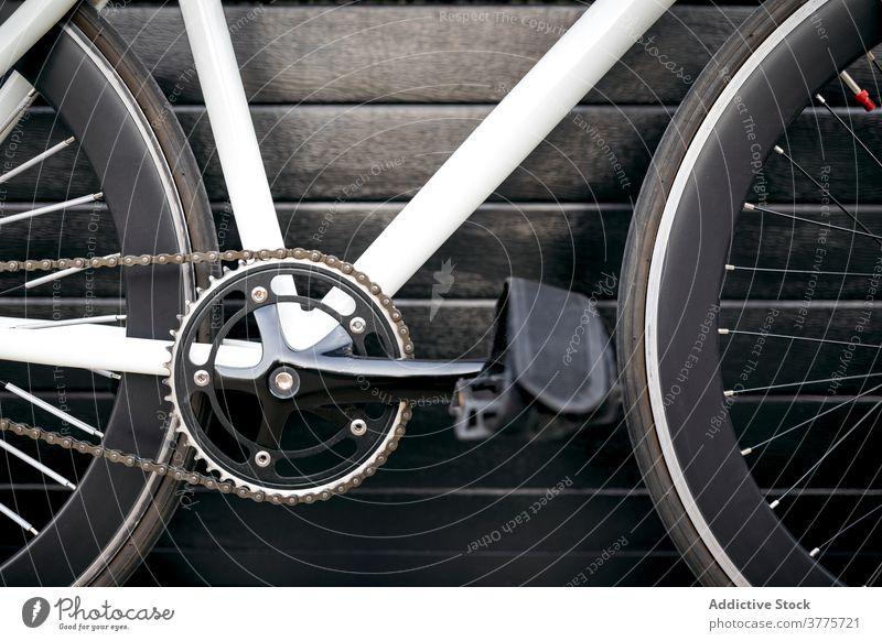 Gekürztes modernes Fahrrad Fahrzeug Großstadt Straße urban trendy Verkehr Stadt Design Inspiration Straßenbelag Gebäude Mitfahrgelegenheit Zeitgenosse im Freien