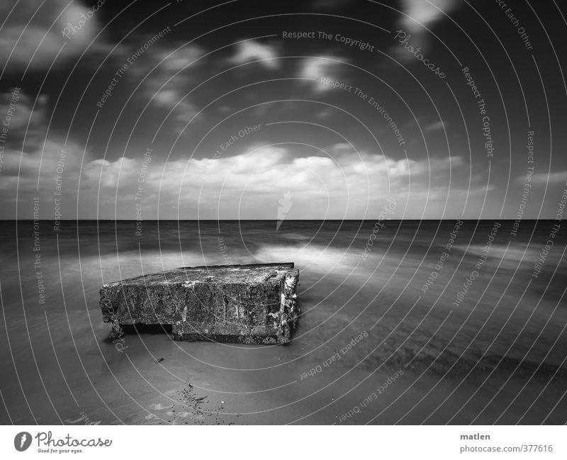 stage Landschaft Sand Wasser Himmel Wolken Horizont Sonnenlicht Wetter Schönes Wetter Küste Ostsee Menschenleer schwarz weiß widerstehen Ruine Bunker Brandung
