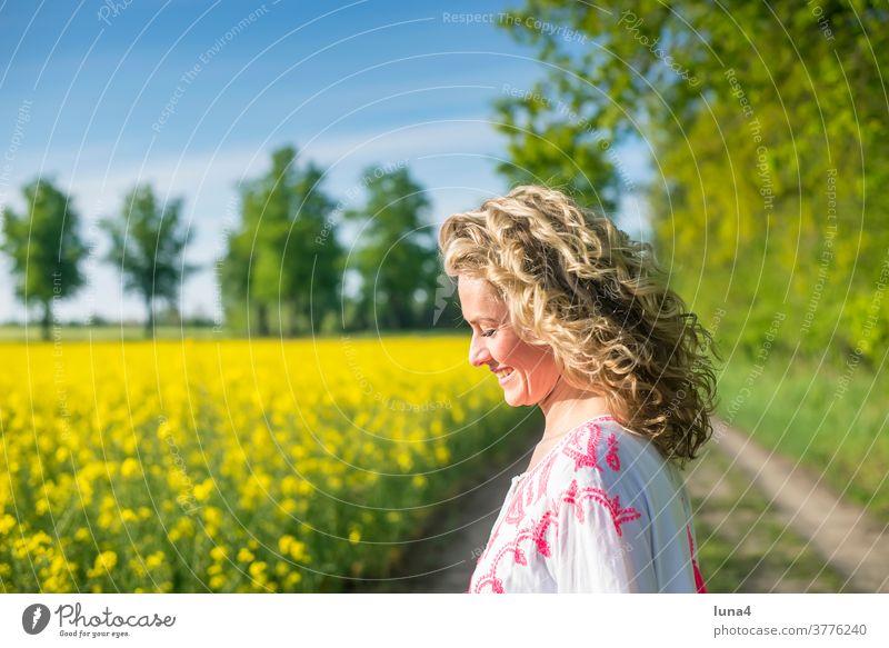 glückliche junge Frau im Rapsfeld frau Glück sinnlich anmutig freude lächeln lachen hübsch Kleid lebensfreude unbeschwert Achtsamkeit optimistisch Zufriedenheit