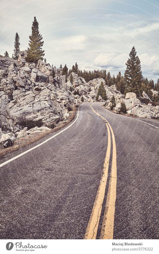 Straße im Yellowstone-Nationalpark, Wyoming, USA. reisen Natur Himmel yellowstone Ausflug Reise Berge Landschaft malerisch Cloud Wetter keine Menschen Herbst