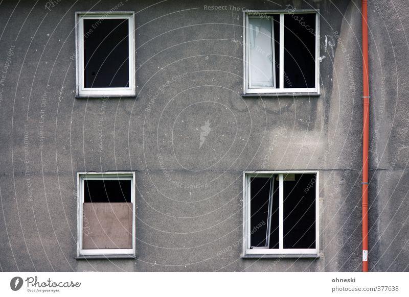 Bonjour Tristesse Haus Bauwerk Architektur Mauer Wand Fassade Fenster Regenrohr alt trist Endzeitstimmung Verfall Vergänglichkeit Farbfoto Gedeckte Farben