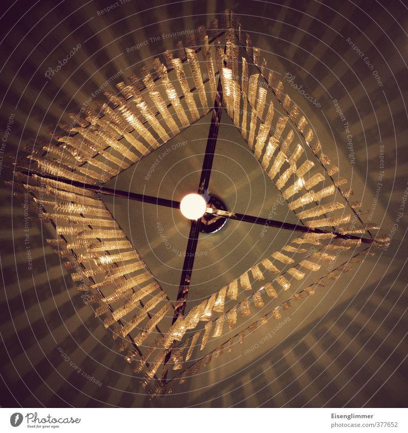Licht im Quadrat Lampe Lampenlicht Glühbirne Energie Energiesparlampe Schatten Metall eckig hell gold Franse Kreuz Farbfoto Innenaufnahme Menschenleer