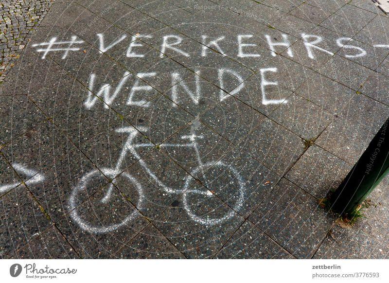 Verkehrswende mit Fahrrad abbiegen asphalt fahrbahnmarkierung fahrrad fahrradweg hinweis linie links orientierung pfeil radfahrer richtung straße tipp