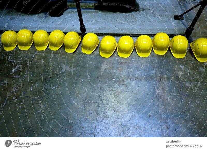 Schutzhelme umkleide schutzhelm arbeit arbeitsschutz umkleideraum anlage gelb liegen garderobe antik arbeitsrecht bedienung brikettfabrik denkmal besichtigung