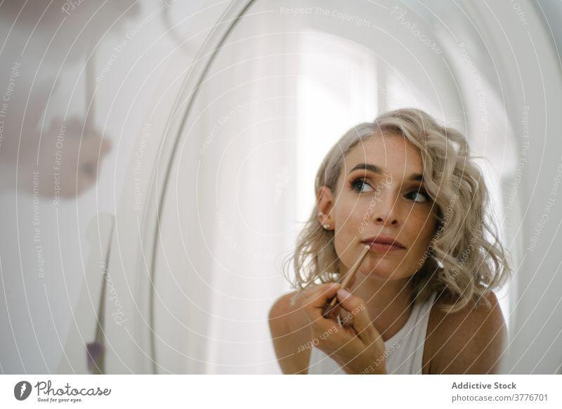 Frau macht Make-up zu Hause Lippe Bleistift heimwärts Gesicht Schönheit Vorschein Reflexion & Spiegelung Kosmetik Routine bewerben Hautpflege Gesichtsbehandlung