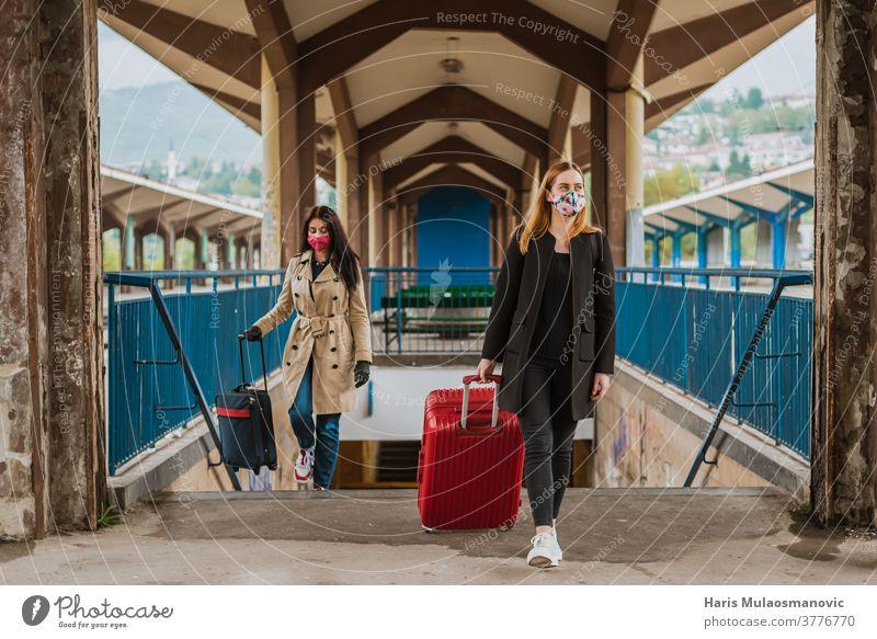 Frau reist mit Gepäcktasche und Gesichtsmaske Architektur Hintergrund schön Gebäude Großstadt Farbe farbenfroh Coronavirus covid-19 Kultur Ausflugsziel Europa