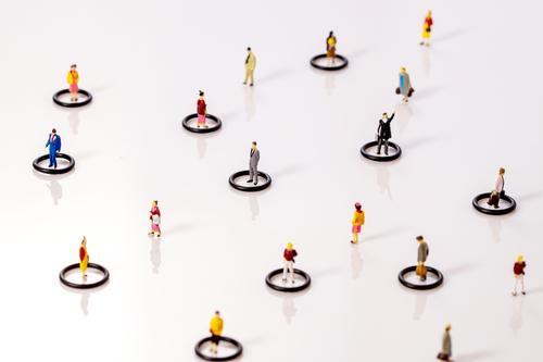 Soziale Distanzierung. Miniatur Spielzeug Menschen in Kreisen, die in der Öffentlichkeit Abstand halten Soziale probleme Covid-19 Teamwork Konzepte Reduzierung