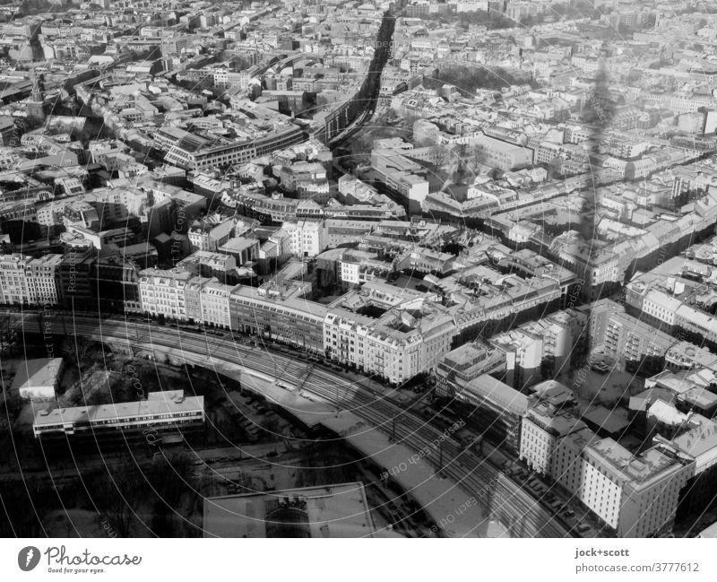 Langer Schatten vom Langen Lulatsch Berliner Fernsehturm Wahrzeichen Berlin-Mitte Stadtteil Hauptstadt Sehenswürdigkeit Netzwerk Panorama (Aussicht) Silhouette
