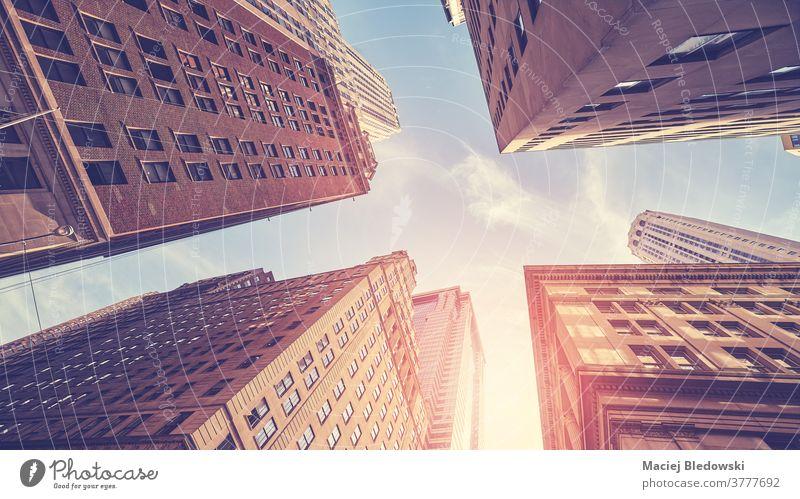 Ein Blick auf New Yorks vielfältige Architektur gegen die Sonne, USA. New York State Großstadt Gebäude nachschlagen Business Manhattan Wolkenkratzer gefiltert
