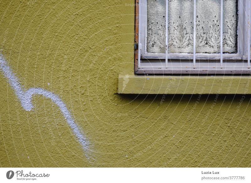 Eine gelbe Hauswand, ein altes Fenster mit nostalgischer Gardine und ein anmutig geschwungenes Graffiti Gitter Fenstergitter Graffity Menschenleer Farbfoto