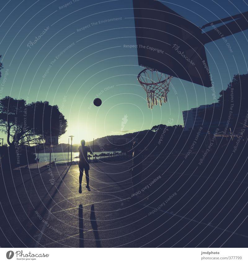 Noch schnell nen paar Körbe werfen... Mensch Kind Jugendliche Ferien & Urlaub & Reisen Sommer Freude Junger Mann Sport Bewegung Spielen Freundschaft maskulin