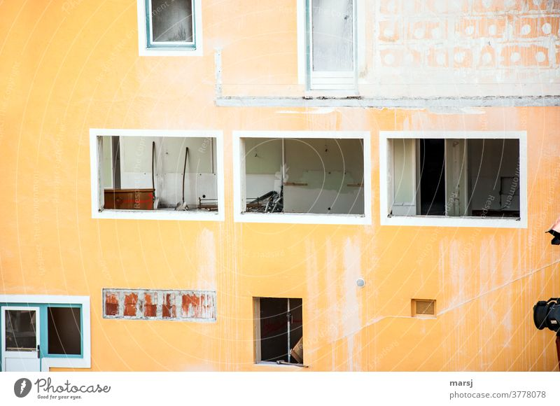 Renovation eines orangefarbenen Gebäudes Architektur Mauerwerk Baustelle Haus Fenster Vergänglichkeit Abrissreif kaputt wirr Bauwerk Wand Verfall Ausbau