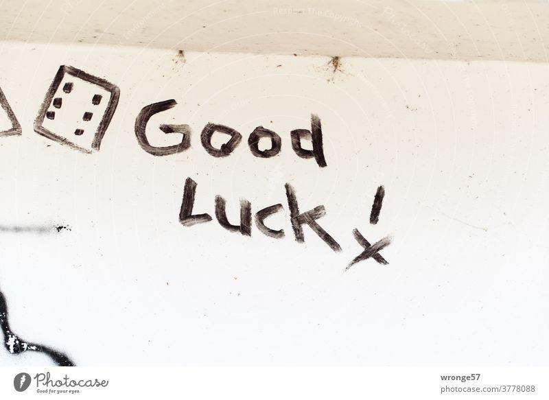 Good Luck ! mit schwarzer Farbe auf eine weiße Wand geschrieben Graffito Schrift schwarze Farbe weißer Hintergrund Farbfoto Menschenleer Schriftzeichen