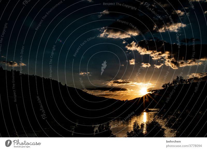 nach dunkelheit kommt licht orange Natur Kontrast Nacht hell Wolken romantisch träumen traumhaft Umwelt Licht Hoffnung Romantik Sonnenstrahlen Sonnenuntergang
