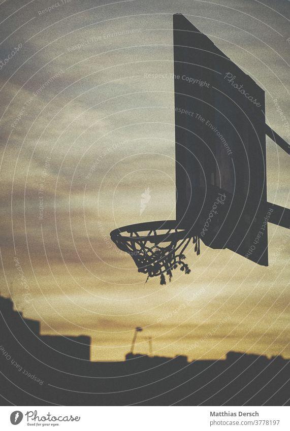 Basketballkorb vor Abendstimmung Basketballplatz Basketballer basketballfeld basketballnetz Basketballring Himmel Abenddämmerung Abendlicht Wolken Atmosphäre